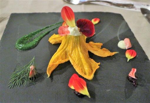 """Macine del Confluente al completo per """"Mangiare i fiori"""". Una serata divertente all'insegna della cultura e della buona cucina"""