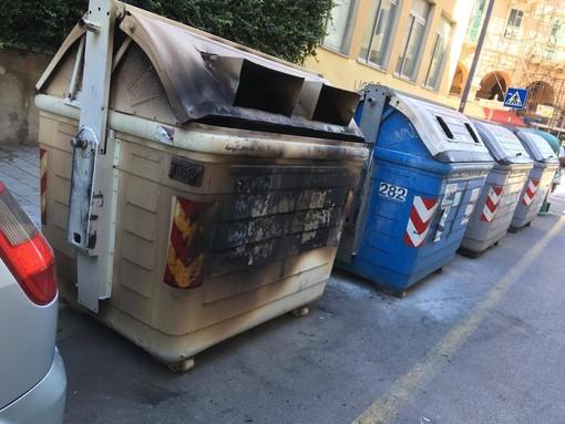 Savona, il piromane colpisce ancora: due cassonetti in fiamme