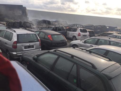 Auto in fiamme nel porto di Savona durante la mareggiata: è stato un incidente
