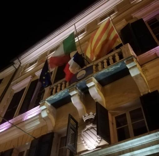 Finale, rimossa la bandiera francese dal terrazzo del Palazzo comunale