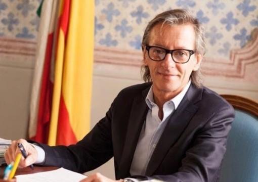 """Albenga, il sindaco Tomatis precisa: """"Ristoranti e pizzerie che fanno consegne a domicilio possono vendere bevande alcoliche"""""""