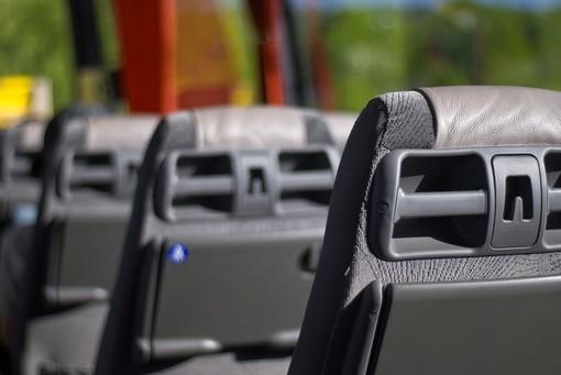 Gita rocambolesca per le medie di Loano: al ritorno il bus frantuma il vetro in retromarcia