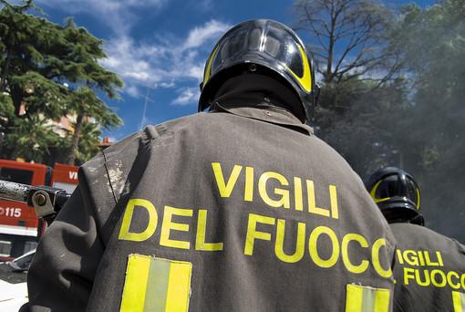Ceriale, incendio tetto in piazza Marconi: intervento dei vigili del fuoco