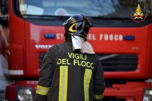 Incendio in una baracca a Ferrania: intervento dei vigili del fuoco