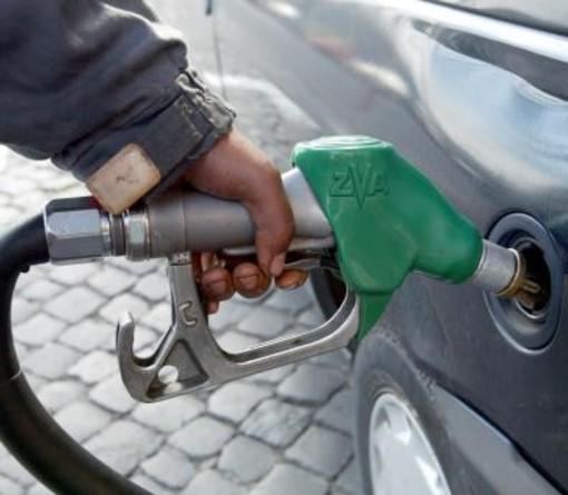 Con l'anno nuovo arrivano gli aumenti della benzina