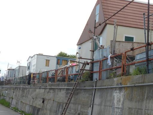 """Savona, demolizione delle baracche abusive nel campo nomadi. Il sindaco: """"Individuato il percorso per tutelare i soggetti fragili ed eliminare la situazione di illeggitimità"""""""