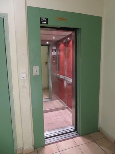"""Cosa ti vado ad inventare: l'ascensore """"no Covid"""""""