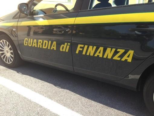 Magliette contraffatte in vendita all'Ipercoop di Albenga: blitz della guardia di finanza