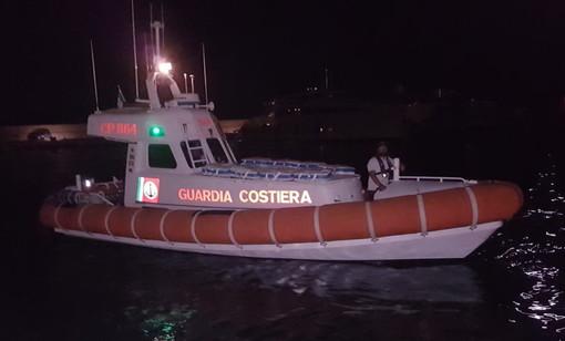 Natante imbarca acqua, la persona a bordo lancia l'allarme. Intervento della Capitaneria di Porto