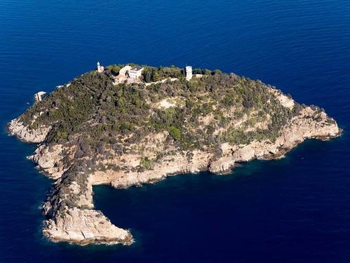 "Albenga, 700 nuotatori alla gara amatoriale ""Dritti all'Isola"""