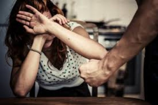 Picchia e insulta la moglie alla presenza della figlia minore, arrestato dai Carabinieri della Stazione di Savona