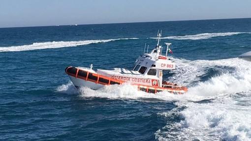 Imbarcazione alla deriva con a bordo tre persone: intervento della Capitaneria di Porto – Guardia Costiera di Savona