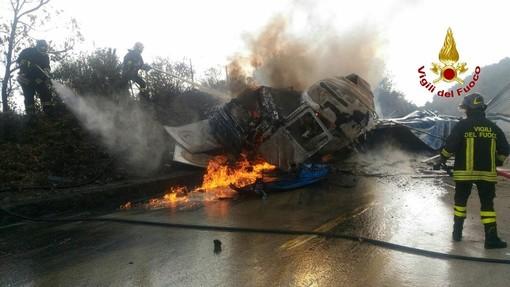 Camion, tir, trasporto di materiali pericolosi, dopo l'incidente di Bologna si riapre il tema sicurezza stradale