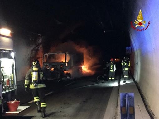 Camion in fiamme sull'A10 a Spotorno: nessuna responsabilità diretta per l'autista