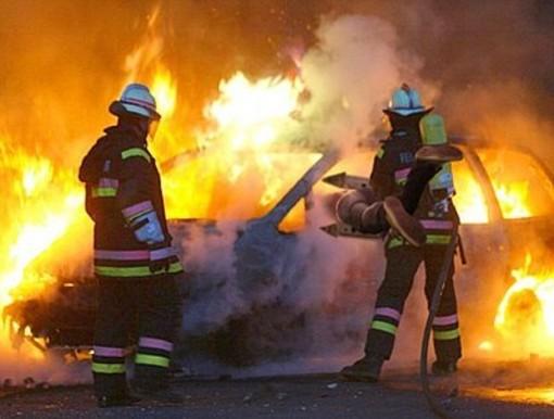 Albenga, auto a fuoco in Viale 8 Marzo: individuato il piromane