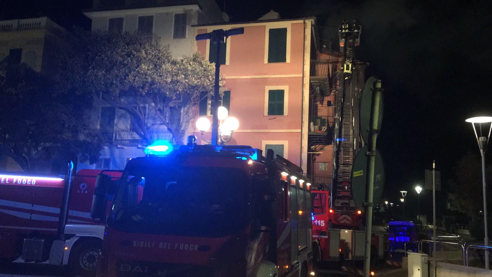 Celle, in fiamme il tetto di un palazzo (FOTO e VIDEO)