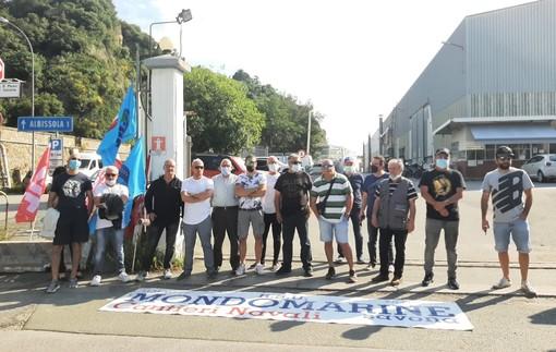 La protesta dei dipendenti ex Mondomarine davanti ai cancelli dell'azienda lo scorso giugno