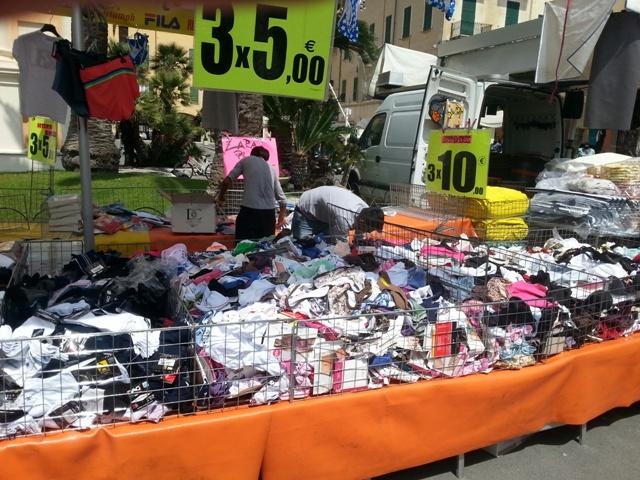 f9519abf4623b I mercati della provincia di Savona parlano sempre più straniero e scende  la qualità