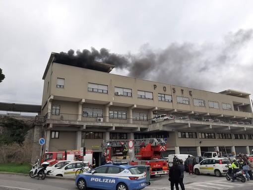 Savona, rogo nell'archivio delle poste in piazza Aldo Moro: si attende la perizia dei vigili del fuoco (FOTO E VIDEO)