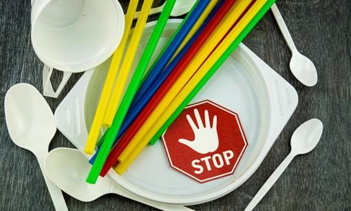 Stop a bicchieri, cannucce, piatti e posate di plastica: è entrata in vigore la direttiva dell'Unione Europea