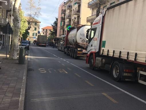 """Ordinanza di stop per i mezzi pesanti ad Albisola. Sindaco Garbarini: """"Per il 2021 studieremo il traffico e vedremo se emanarla nuovamente"""""""