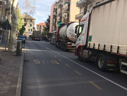 """Albisola, no all'ordinanza di stop per i mezzi pesanti sull'Aurelia. La minoranza: """"Nessun confronto, così si aiuta Autostrade ma non la città"""""""