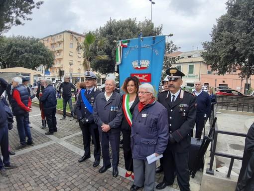 """Il partigiano """"Gin"""" alla sinistra del sindaco di Vado Monica Giuliano alla cerimonia di consegna alla città della medaglia d'argento al valore militare"""