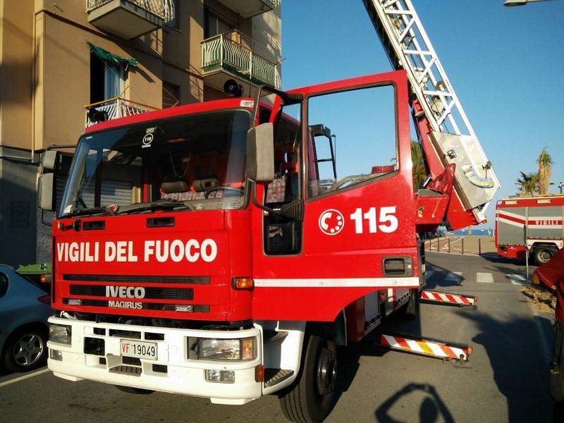 Incendio tetto a Calice Ligure, intervento dei Vigili del Fuoco