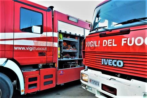 Vado, prende fuoco il rimorchio di un camion in via Piave: intervento dei vigili del fuoco