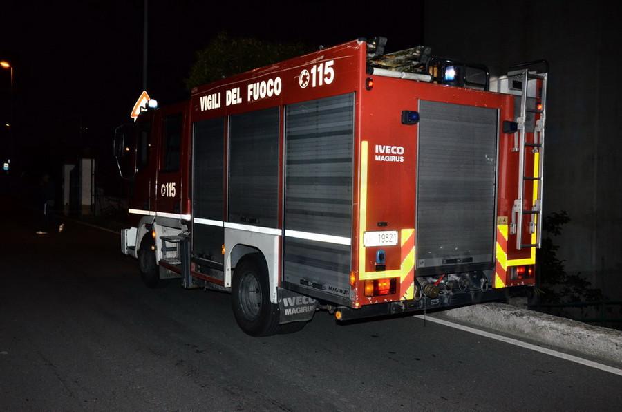 Quiliano: auto in bilico rischia di precipitare, intervento dei vigili del fuoco