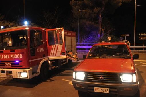 Furgone distrutto dal fuoco vicino al casello di Andora: intervento dei Vigili del Fuoco da Imperia