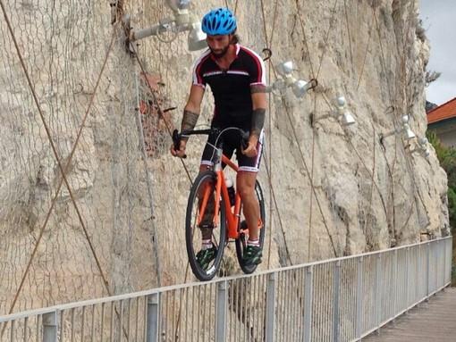 Vittorio Brumotti in bici sullo strapiombo di Capo San Donato a Finale Ligure: intervista esclusiva