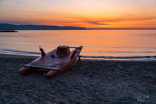 Lo spettacolo dell'ultima alba di maggio a Ceriale nello scatto di Andrea Bolla