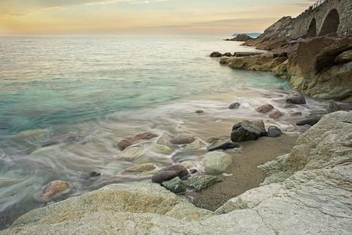 'Riflessi del tramonto tra le onde…': passeggiata fotografica sul lungomare di Varazze