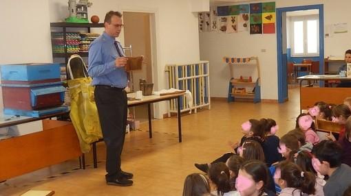 Lezione di apicultura alla scuola primaria di Pallare (FOTO)