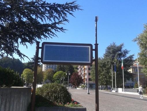 Cairo aggiusta il pannello informativo di piazza della Vittoria
