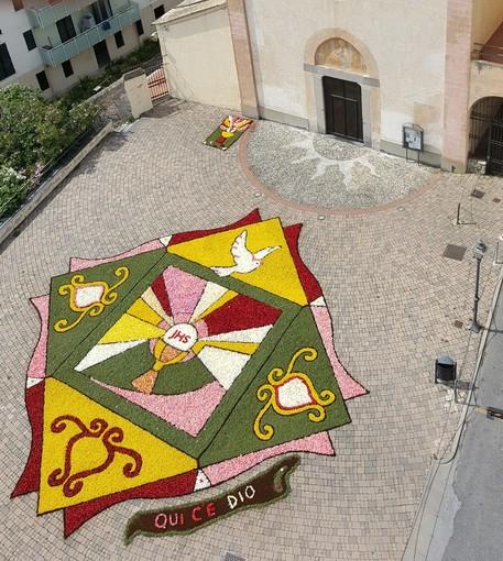 """Albenga, a Vadino ritorna la tradizionale """"infiorata"""" sul sagrato dell'antica chiesa francescana"""