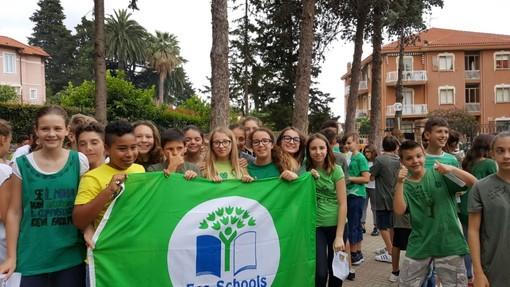 """Borgio Verezzi consegna """"Bandiera verde"""" alle scuole medie"""