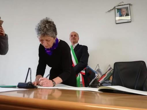 Plodio: il sindaco Badano ha conferito la cittadinanza italiana a Maxine Schuman, insegnante madrelingua di inglese
