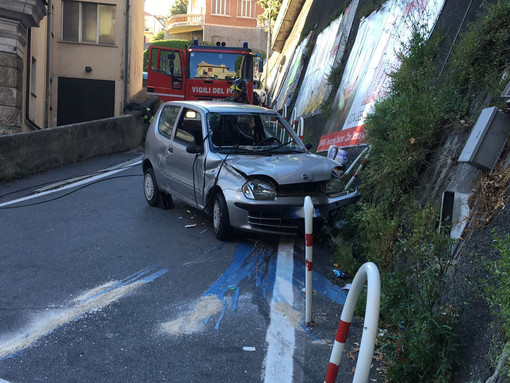 Quasi illese le occupanti dell'auto che si è ribaltata in via Montegrappa a Savona (FOTO)