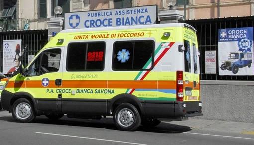 Savona, cade con la moto in via Negri: trasportato in codice giallo al Santa Corona