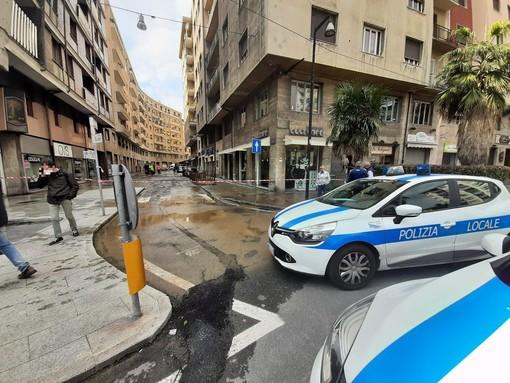 Savona, si rompe un tubo dell'acquedotto: allagata via Venezia (FOTO)