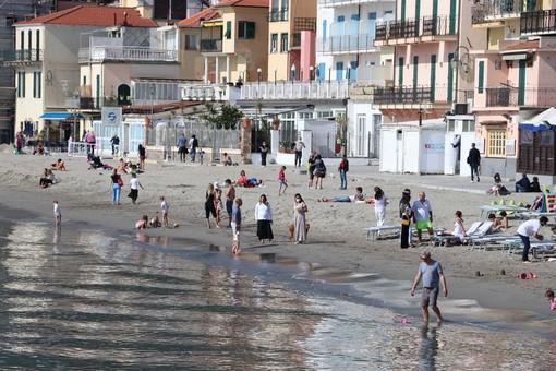 Alassio, aspettando la zona gialla un primo assaggio di primavera sulle spiagge (FOTO)