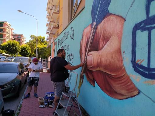 Andora, writers al lavoro per realizzare un murales in onore di Andrea G Pinketts e Giorgio Scerbanenco