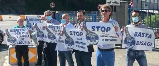 La protesta di Fratelli d'Italia: una catena umana contro Autostrade e il ministro De Micheli