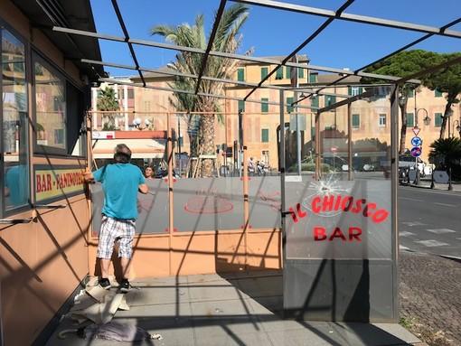 Albenga, al via la demolizione del chiosco Bar Zerlotin (FOTO)