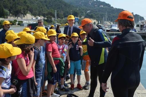 Andora: giornata di pulizia del fondale nel porto. Lezioni in spiaggia e in barca per gli alunni delle scuole