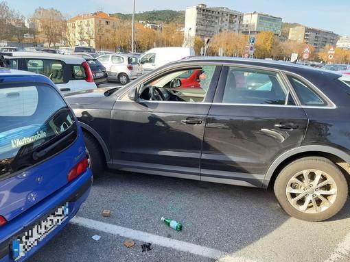 Savona, ritornano i raid vandalici: nuove rotture auto in piazza del Popolo (FOTO)