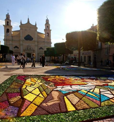 Infiorata nella piazza principale di Pietra Ligure (foto Mino Amandola)