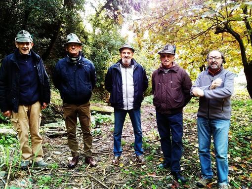 Nella foto, da sinistra: gli Alpini Bruzzone, Giachino, Mendaro e Merlino con il vicepreside dell'Istituto Comprensivo di Finale Flaviano Carpenè